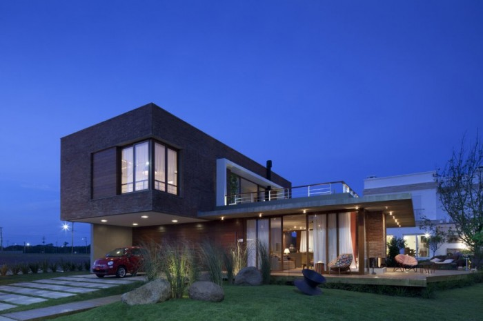 Two Story House Design Called Linear Maritimo House in Rio Grande do Sul - Brazil side-700x465