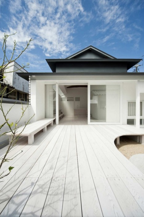 Image of: Exterior House Design with White Dormitory Japanese Style front-468×703