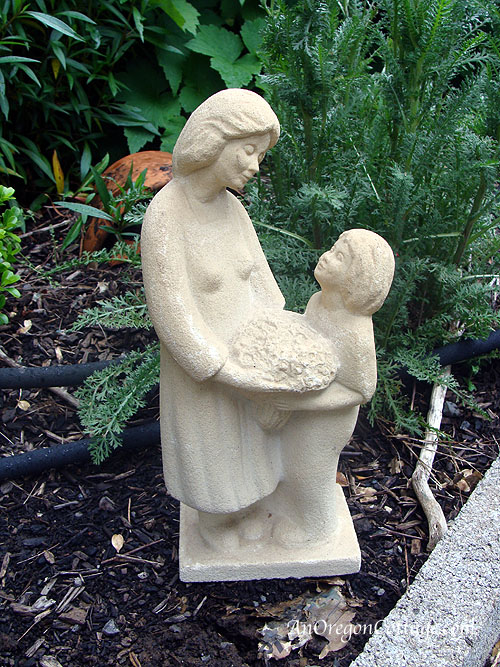 Image of: Mother and Child Garden Statue