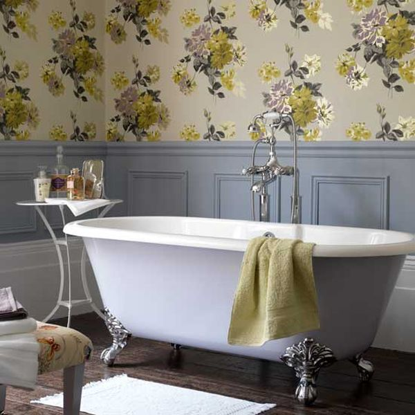 Image of: Floral Decorating in a Bathroom