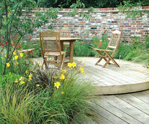 Small Round Garden Deck Idea