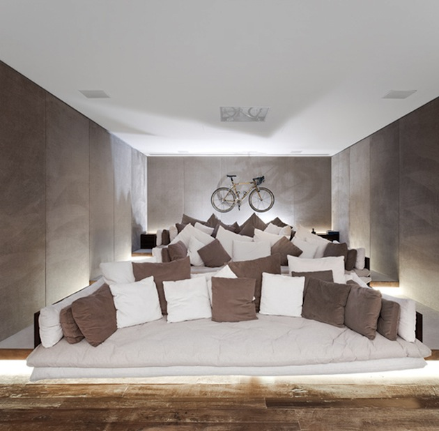 Image of: TIERED THEATER WITH DEEP SOFAS
