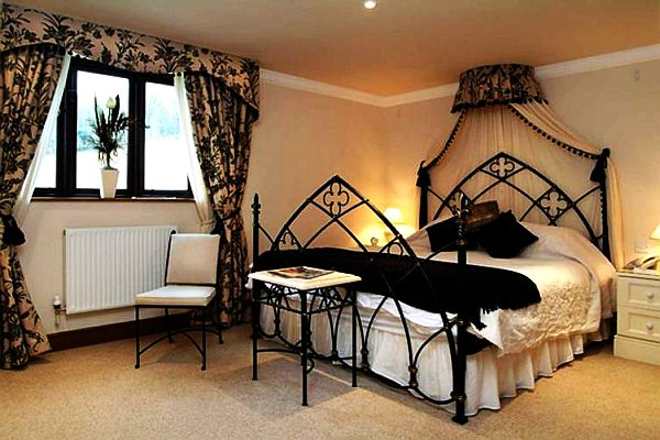 Image of: Gothic Inspired Bedroom Decor
