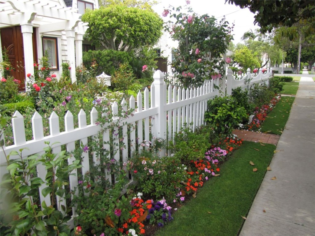 Image of: Corner Fence Landscaping Designs
