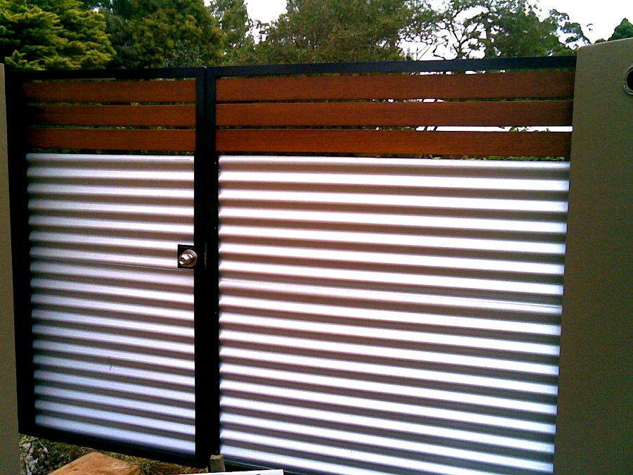 Image of: Corrugated Metal Fence Ideas