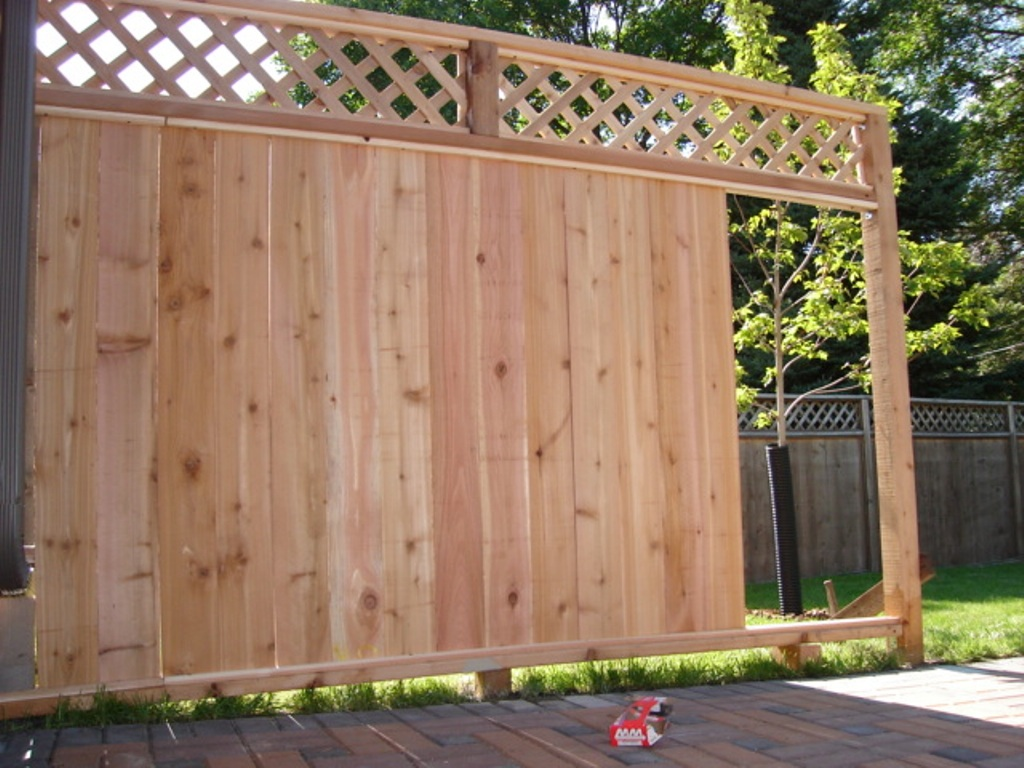 Image of: Cedar Wood Fence with Metal Posts