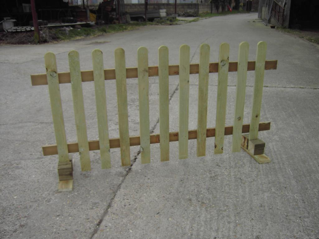 Image of: Simple Free Standing Outdoor Fence