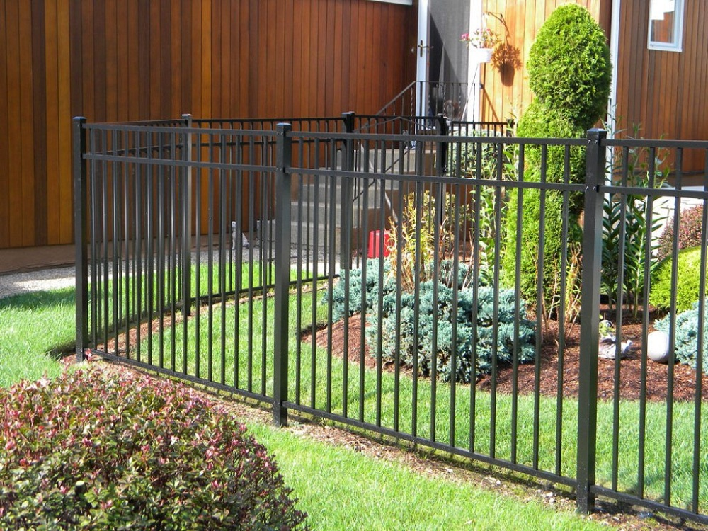 Image of: Vertical Dog Fence Ideas
