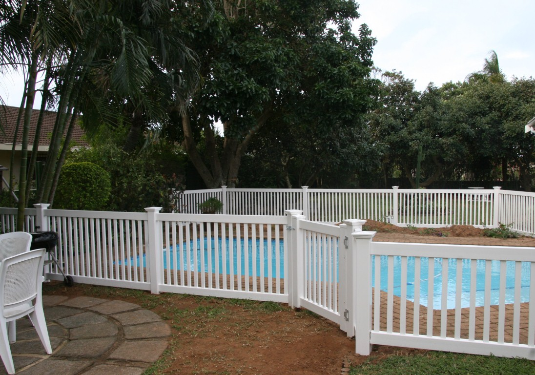 Image of: Wood Pool Fencing Ideas