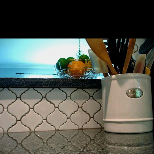 Image of: Quatrefoil backsplash modern