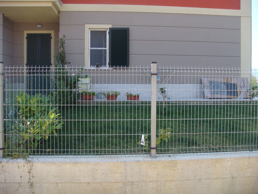 Image of: Barb Wire Fence Yard