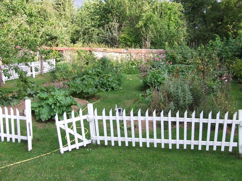 Image of: No Dig Fence Garden