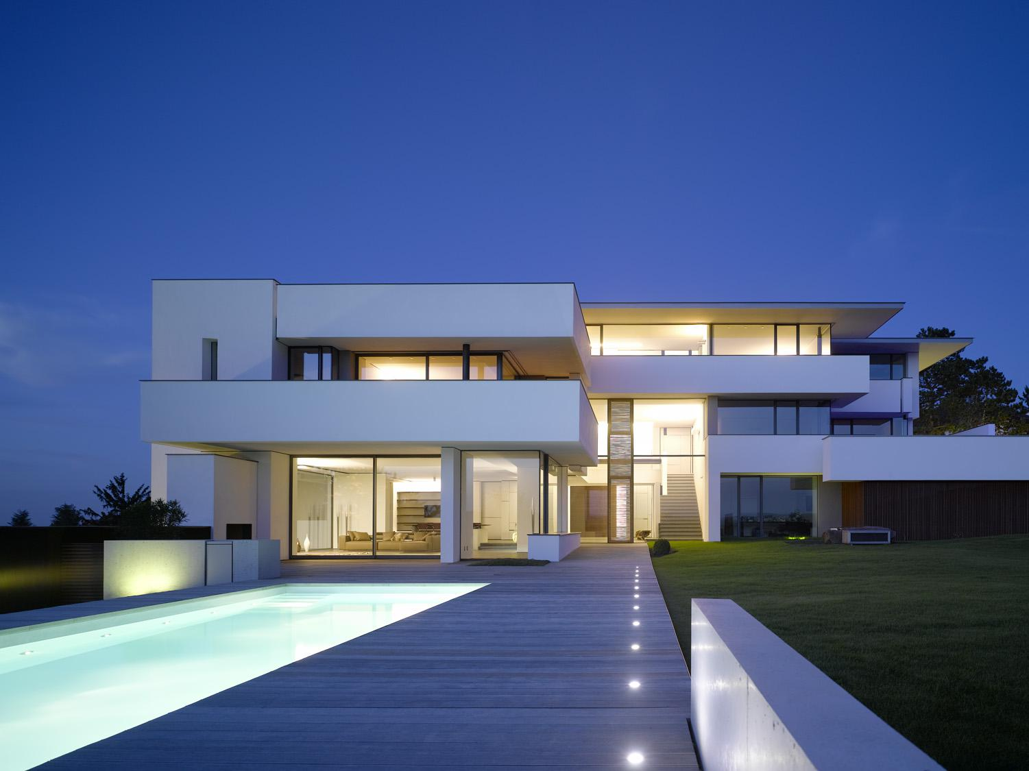 Image of: Pictures Of Modern White Houses