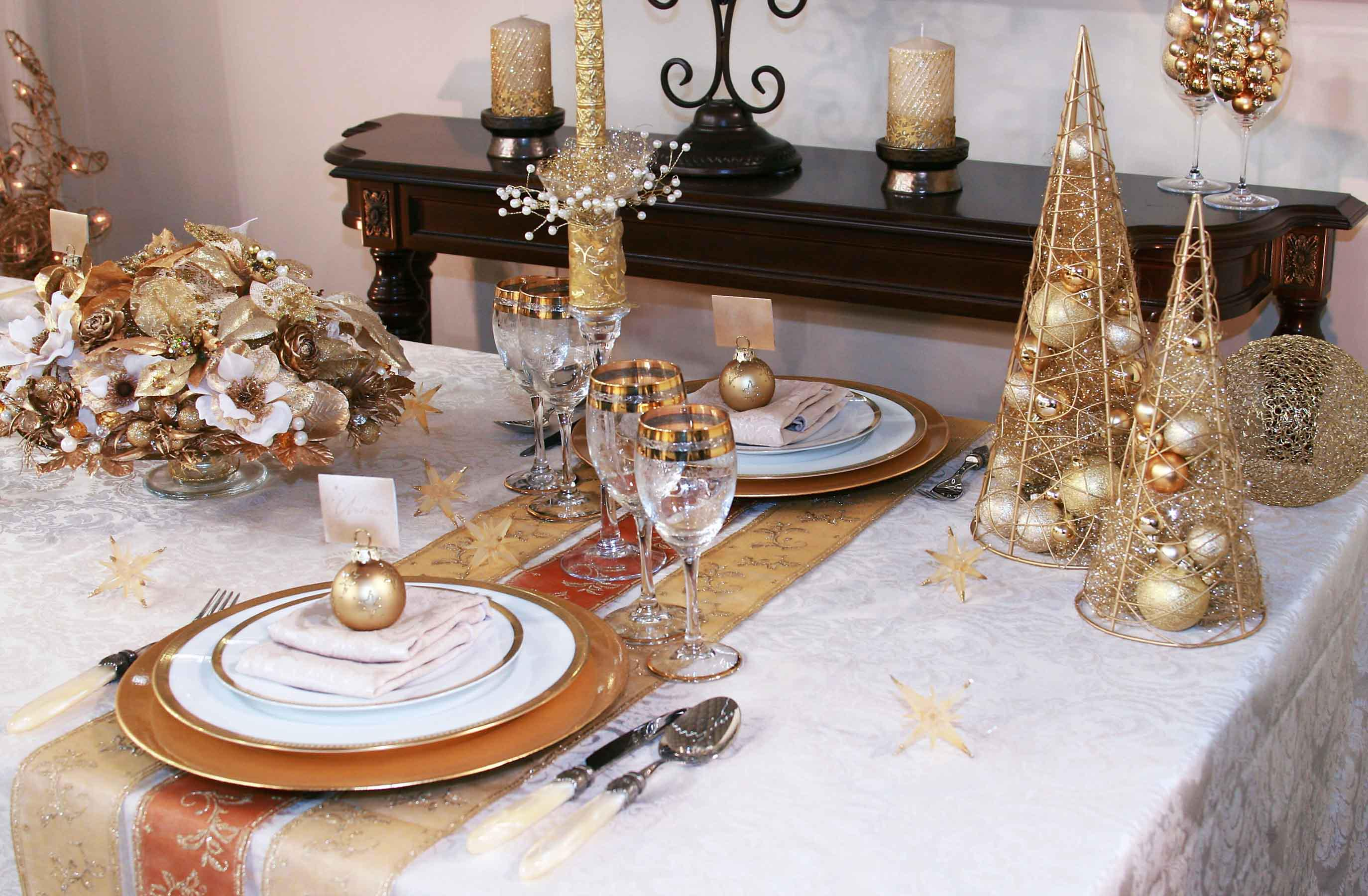 Image of: White Dining Table Decor For Christmas