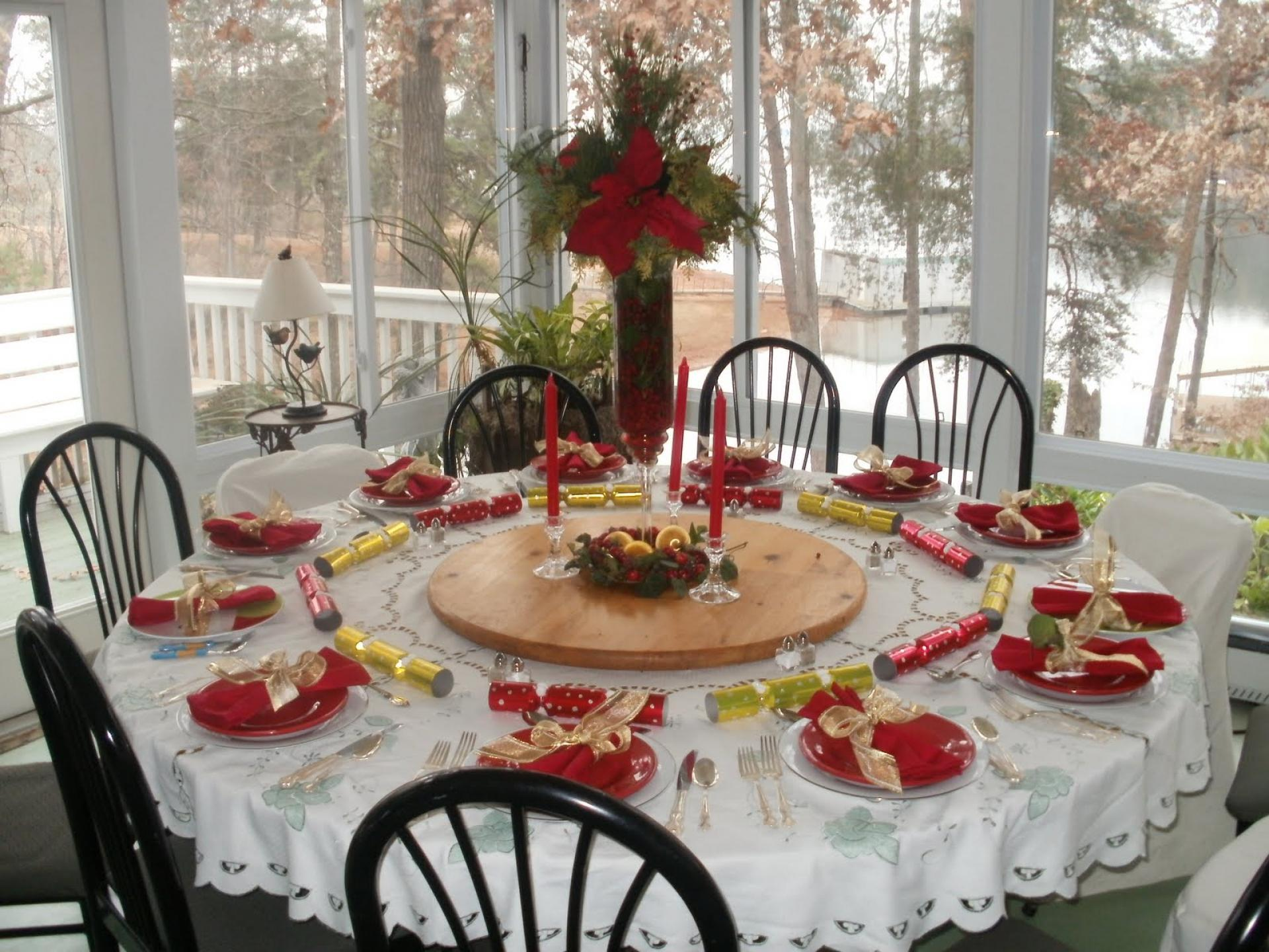 Image of: White Dining Table Round For Christmas