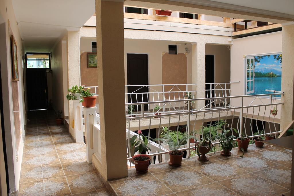 Image of: Guest House
